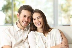 Paar die thuis camera bekijken stock afbeelding