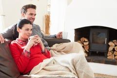 Paar die thuis op het Letten Televisie ontspannen royalty-vrije stock fotografie