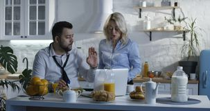 Paar die tijdens ontbijt debatteren stock video
