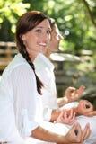 Paar die in tuin mediteren Stock Afbeeldingen