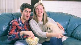 Paar die TV programma op zitting op een laag letten stock videobeelden