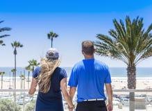 Paar die uit de Oceaan van de mening van hun balkon bekijken stock foto's