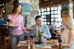 Paar die uit in restaurant eten stock afbeelding