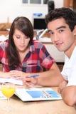 Paar die vakantiebrochures bekijken Stock Fotografie