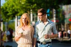 Paar die van de koffie genieten bij lunch of onderbreking Stock Afbeeldingen