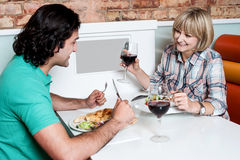 Paar die van diner genieten bij een restaurant Stock Foto