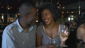 Paar die van Drank samen genieten bij Bar stock videobeelden