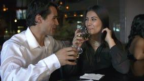 Paar die van Drank samen genieten bij Bar stock video