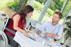 Paar die van fijn gastronomisch restaurant genieten royalty-vrije stock foto