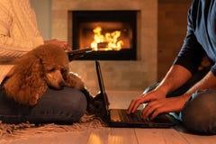 Paar die van freelancers bij de vloer met laptop en een tablet situeren royalty-vrije stock afbeeldingen