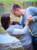 Paar die van het gouden seizoen van de de herfstdaling genieten Royalty-vrije Stock Foto