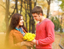 Paar die van het gouden seizoen van de de herfstdaling genieten Royalty-vrije Stock Afbeelding