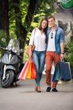 Paar die van het winkelen terugkomen stock afbeelding