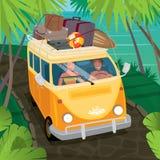 Paar die van hippies in bestelwagen langs de kust reizen Stock Foto