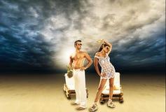 Paar die van hun de zomervakantie genieten Stock Foto's