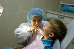 Paar die van jonge geitjes arts spelen bij de tandarts Stock Fotografie