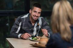 Paar die van Maaltijd in Restaurant genieten Stock Fotografie