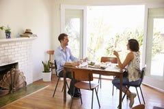 Paar die van Maaltijd thuis samen genieten stock fotografie