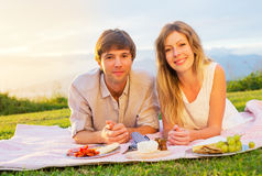 Paar die van Romantische Zonsondergangpicknick genieten Stock Foto