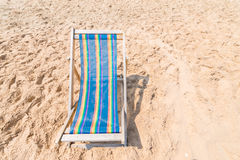 Paar die van stoelen op zandig strand op zonnige dag het blauwe overzees, ontspanningsconcept zoeken Royalty-vrije Stock Foto's