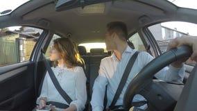 Paar die verkeerd adres zoeken gebruikend gps en gaand in omgekeerde - stock video