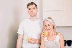 Paar die vers organisch sap in keuken samen maken royalty-vrije stock foto's