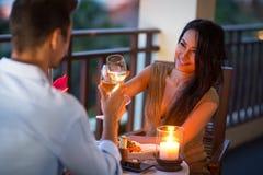 Paar die vertrouwelijk diner van de zomeravond hebben stock foto's