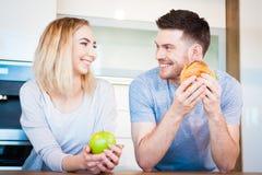 Paar die voedsel eten stock fotografie