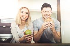 Paar die voedsel eten royalty-vrije stock afbeelding