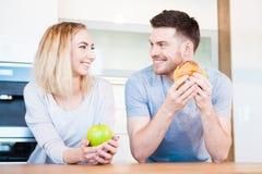 Paar die voedsel eten stock afbeelding