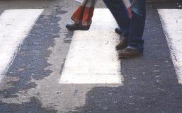Paar die voetsteeg in Italië kruisen royalty-vrije stock afbeelding