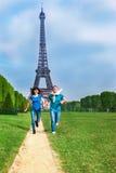 Paar die voor de Toren van Eiffel lopen royalty-vrije stock foto's