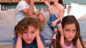 Paar die voor kinderen debatteren stock video