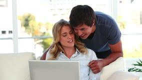 Paar die voor laptop spreken stock video