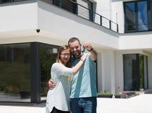 Paar die voor nieuw luxehuis koesteren Royalty-vrije Stock Afbeelding