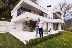 Paar die voor nieuw luxehuis koesteren Stock Foto