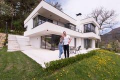 Paar die voor nieuw luxehuis koesteren Stock Afbeeldingen