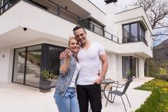 Paar die voor nieuw luxehuis koesteren Stock Foto's