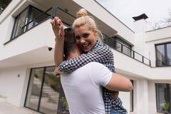 Paar die voor nieuw luxehuis koesteren Stock Afbeelding