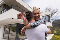 Paar die voor nieuw luxehuis koesteren Royalty-vrije Stock Afbeeldingen