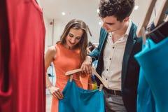 Paar die voor nieuwe kleren op manier shopping spree hunkeren naar royalty-vrije stock afbeelding