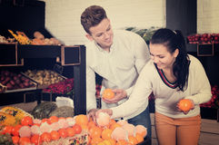 Paar die vruchten in winkel kiezen royalty-vrije stock foto's