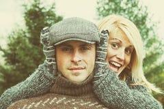 Paar die wat pret op een de herfstdag hebben Royalty-vrije Stock Afbeeldingen
