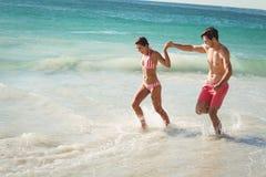 Paar die in water lopen stock foto's