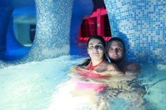 Paar die in waterpark omhelzen Royalty-vrije Stock Fotografie