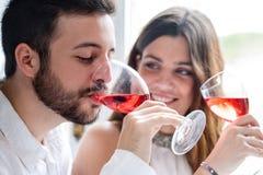Paar die wijn van het proeven genieten Stock Foto's