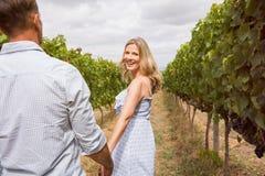 Paar die in wijngaard genieten van stock foto