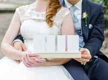 Paar die witte kaarten houden stock afbeeldingen