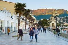Paar die Yalta-promenade de Krim lopen royalty-vrije stock fotografie