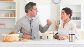 Paar die zich aan het werk na ontbijt haasten stock video